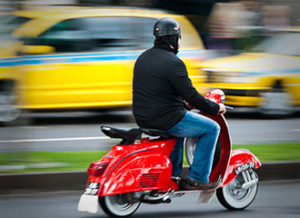 375px-Red_scooter_rider_Avenida_Do_Mar_Funchal_Madeira_Island