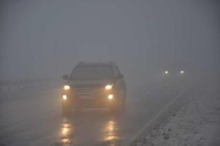 doroga-mashina-avtomobil-tuman-sneg-zima-pogoda
