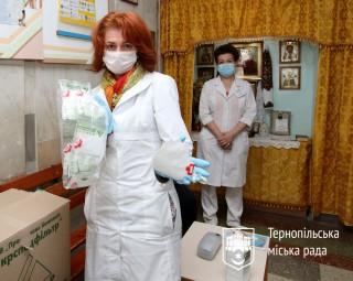 likarnya-otrimala-1500-respiratoriv-23-04-2020_jpg-44