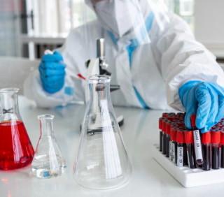 cientificos-microbiologos-traje-ppe-mascara-facial-sostienen-tubo-ensayo-sangre-recolectada-pacientes-covid19-crear-vacuna-contra-coronavirus-60388-715